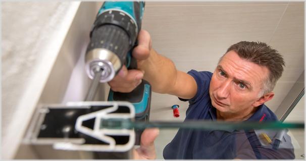 Mit geübten Handgriffen baut unser Monteur Ihre Duschkabine auf.