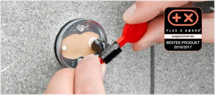 Mit dem Spezialkleber bringen Sie den Adapter schnell und problemlos an die Wand.