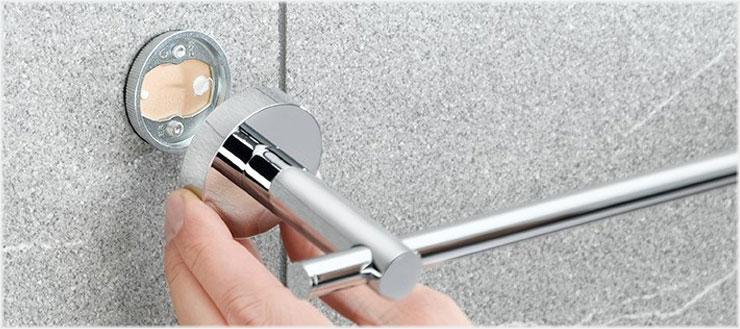 Nachdem der Adapter an der Wand befestigt ist, müssen Sie nur noch Ihr Accessoire daraufsetzen und festschrauben.