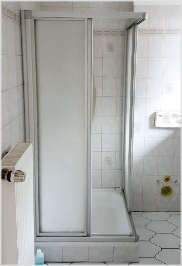 Die alte Duschkabine sah unschön aus und ließ sich nur schwer öffnen und schließen.
