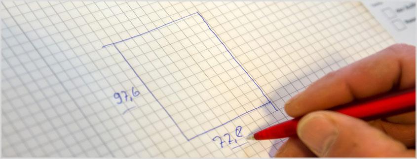 Der Monteur vermisst, skizziert und protokolliert die Daten Ihrer Einbausituation und erstellt damit ein Aufmaß.