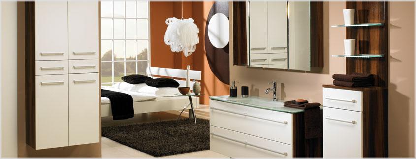 Neben Duschkabinen und Badewannenaufsätzen kommt auch im Möbelbereich immer öfter Glas zum Einsatz; zum Beispiel als Waschbecken oder als praktische Ablagefläche.