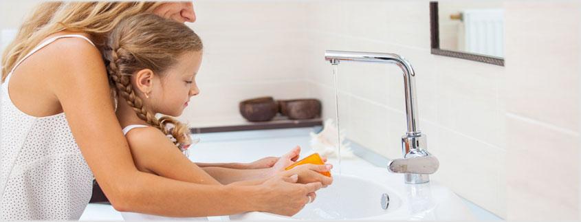 Beginnen Sie mit Kernseife als Rohstoff. Das ist auch für Kinderhände ungefährlich.