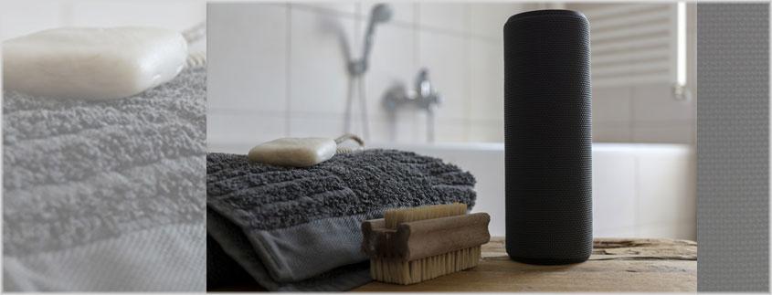 Gadgets sind alles im Männerbad. Ein Bluetooth-Lautsprecher passt dort perfekt rein.