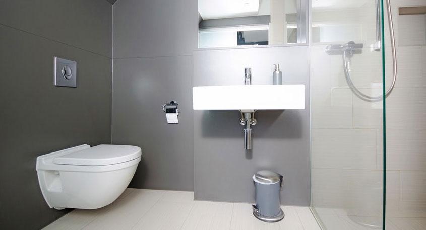 Ein innenliegendes Bad ohne Fenster. Da kommt schnell muffige Luft auf, wenn die richtige Belüftung fehlt. Und das nervt.
