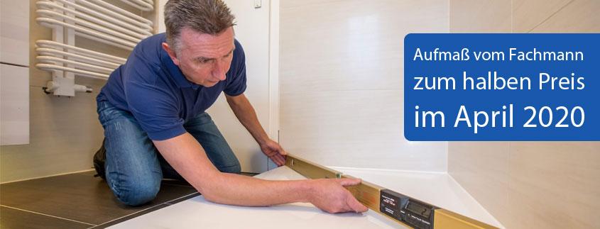 Unser Fachmann misst alles ganz genau aus, damit die neue Duschkabine perfekt passt.