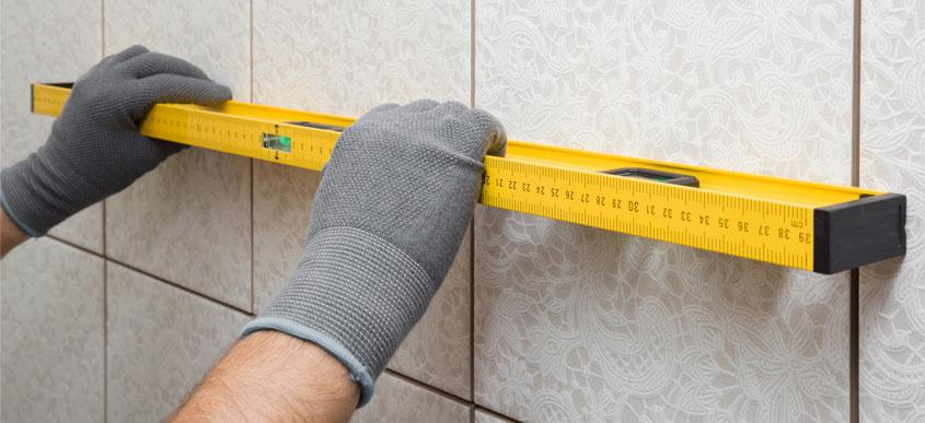 Schiefe Wände, Wandvorsprünge, Bordüren. Unser Fachmann weiß genau, worauf es beim Ausmessen ankommt.
