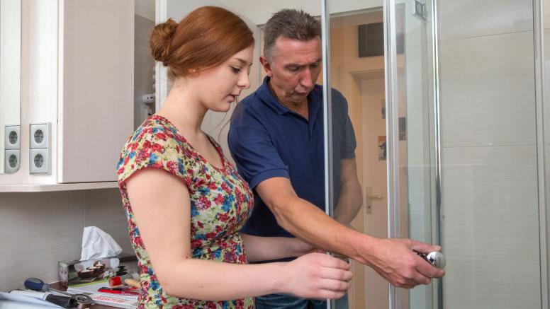 Zusammen mit dem Fachmann überprüfen Sie, ob Ihre Dusche korrekt eingebaut wurde
